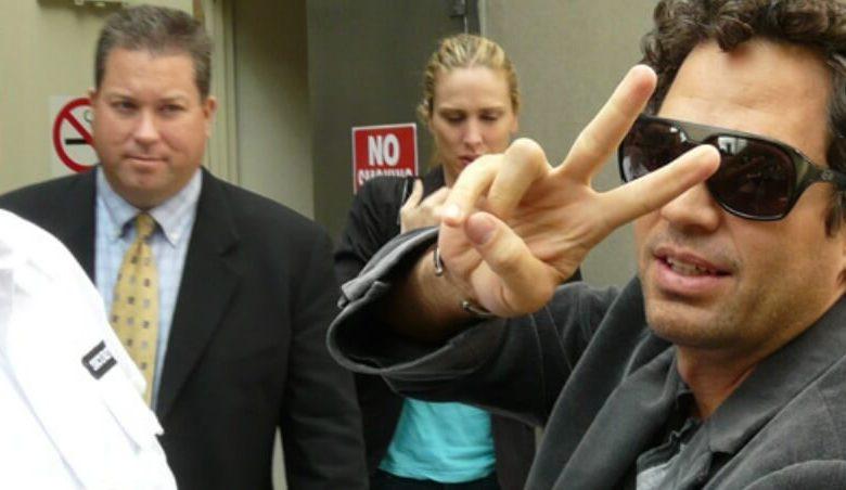 mark ruffalo gives peace sign