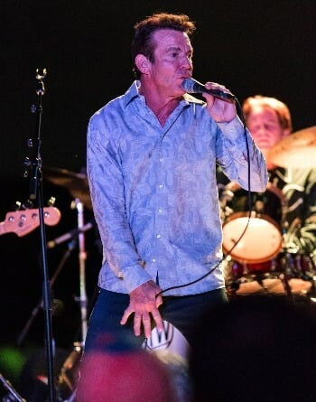 Dennis Quaid in concert sharks